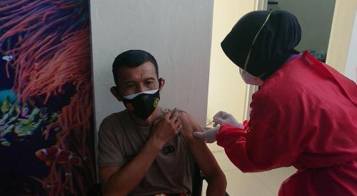 vaksin kepada anggota polri